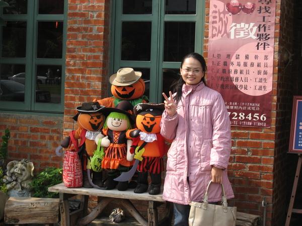 娟子和南瓜屋前的玩偶合照