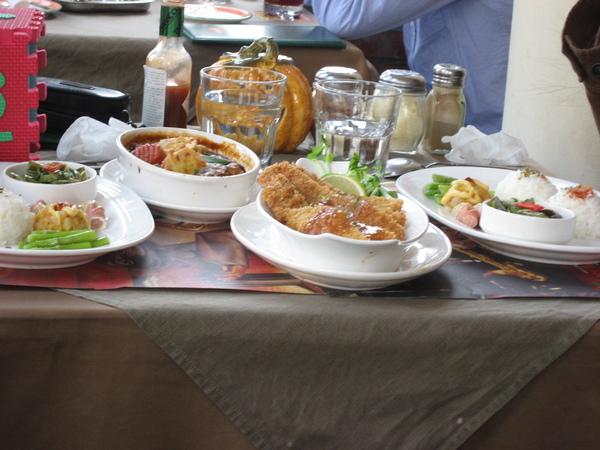 偷拍隔壁桌的餐點-看起來很好吃!!!
