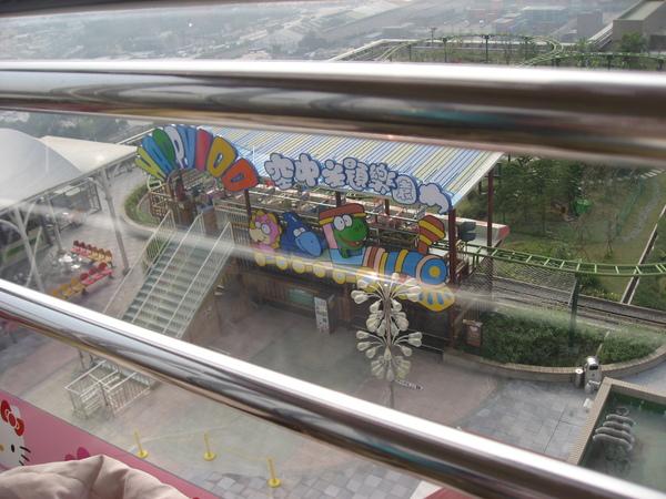 從摩天輪上拍下面的遊樂設施