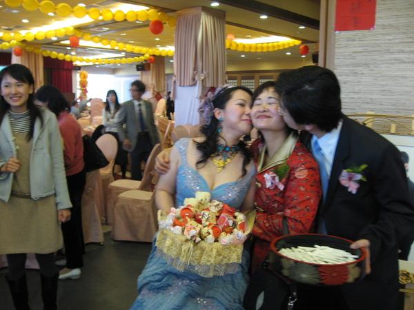 溫馨的新人親新娘的媽媽