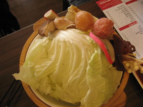 酸菜白肉鍋的菜盤