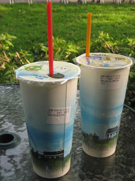 交大鬆餅屋的抹茶奶(左)