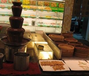 鮮友火鍋的巧克力噴泉+燒賣+餅乾