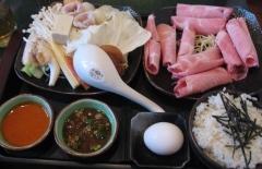 洋洋灑灑的日式上等梅花豬肉鍋