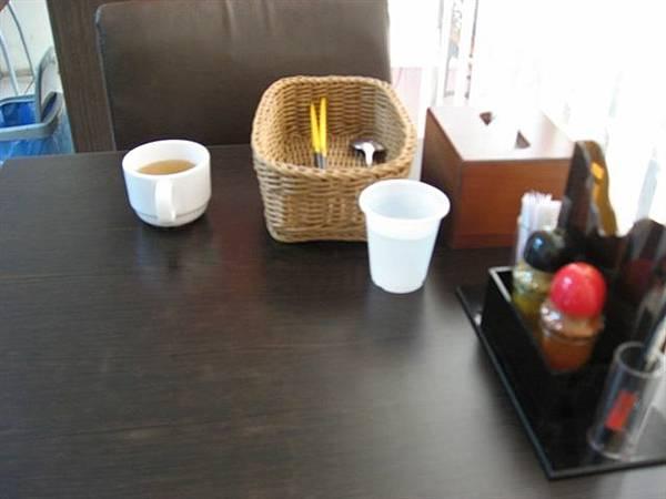 木下食堂的桌上餐具.JPG