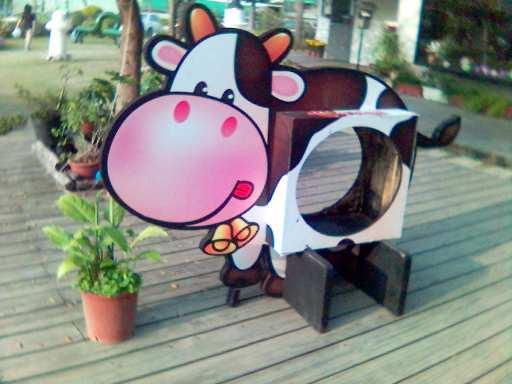 紙箱王內的紙乳牛.jpg