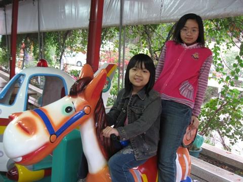 佩馨+恩琦在騎假馬.JPG