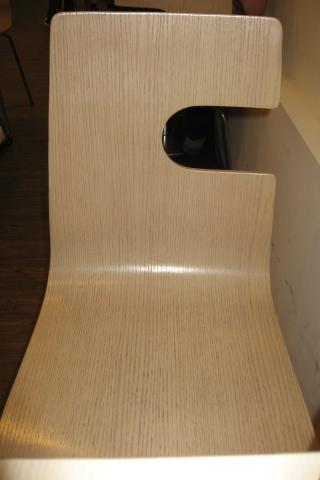 木盒子餐廳奇特的椅子.JPG