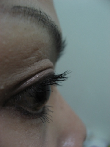 側面看上完紫醉晴迷魔法睫毛膏(濃密捲俏)的樣子.JPG