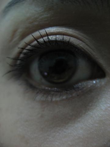 紫醉晴迷魔法睫毛膏(濃密捲俏)上完之眼睛張大的樣子.JPG