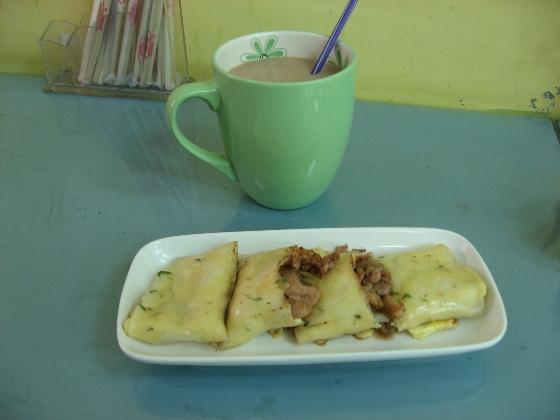 元氣廚房的奶茶+洋蔥雞柳蛋餅.JPG
