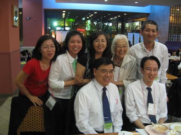 20090923於飯店用餐合影1.JPG