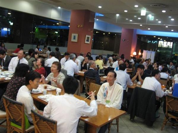 20090923於飯店用餐合影6.JPG