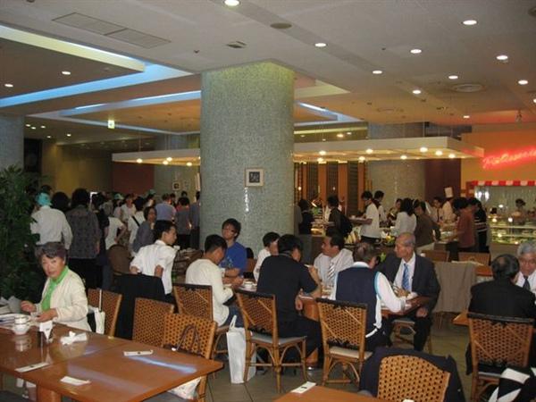 20090923於飯店用餐取餐時情形.JPG