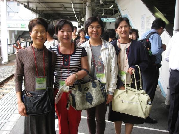 聯合國弟兄姊妹出發至九段會館中途於車站合照1.JPG