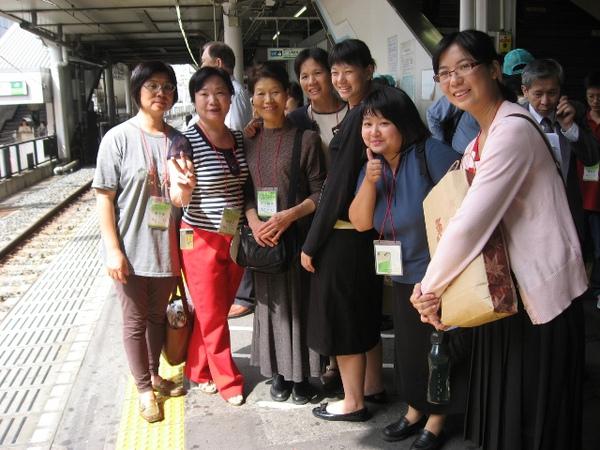 聯合國弟兄姊妹出發至九段會館中途於車站合照2.JPG