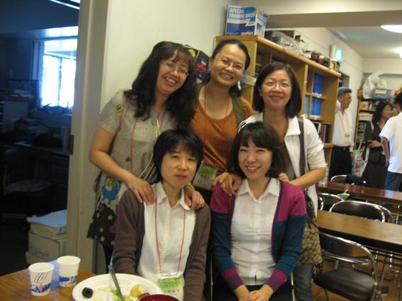 20090922早餐用餐跟姊妹們合影1.JPG