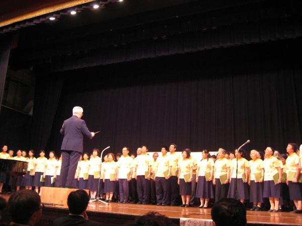 日本弟兄姊妹於講台上唱詩歌.JPG