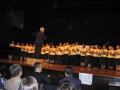 日本聖徒台上唱詩歌情形1.JPG