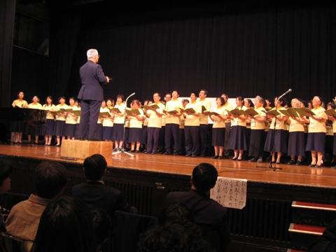日本聖徒台上唱詩歌情形2.JPG