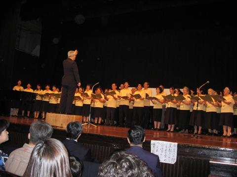 日本聖徒台上唱詩歌情形3.JPG