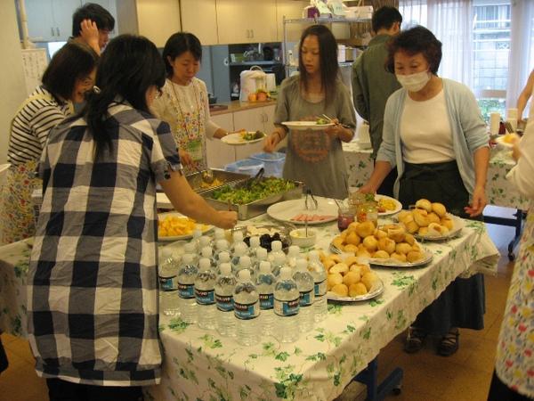 早上在習志野召會用早餐的情形1.JPG