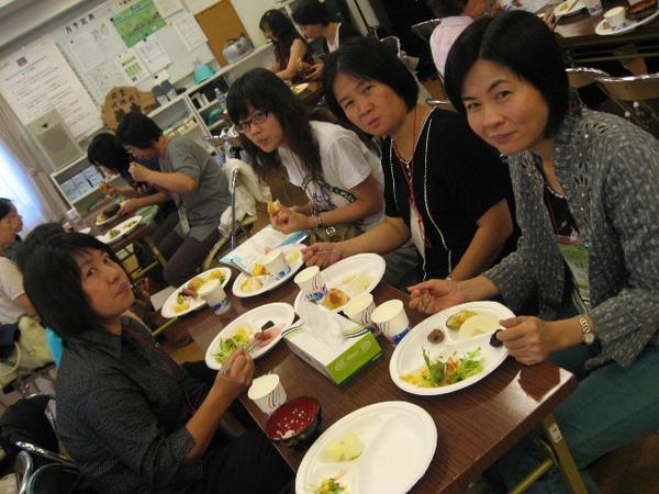 早上在習志野召會用早餐的情形3.JPG