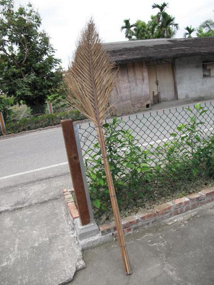 超環保又好用的檳榔樹葉掃把