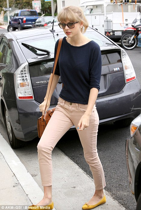 taylor-swift-in-nude-jeans
