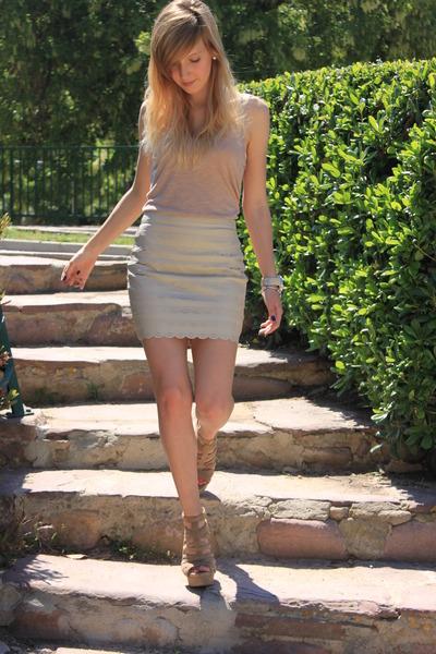 nude-h-m-shirt-nude-zara-sandals_400