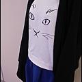 貓咪上衣和寶藍色短裙穿搭