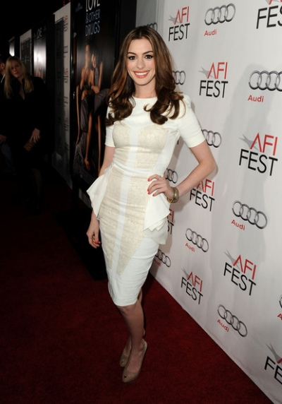 2010-11-09-10-28-36-2-anne-hathaway-looks-like-a-princess-with-white-ant.jpeg