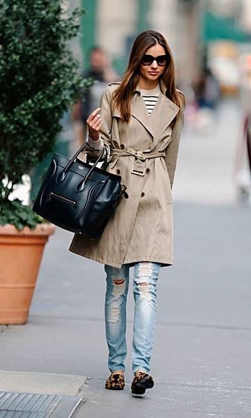 miranda-kerr-trench-coat-ripped-jeans-650x1084.jpg