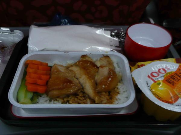 晚上九點,先在港龍的飛機上享用了我們的晚餐