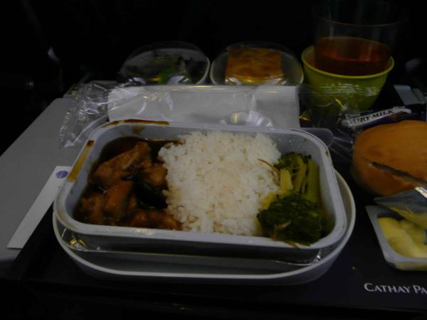 搭上國泰的班機後,半夜十二點,竟然又被叫起來享用「第二次」晚餐