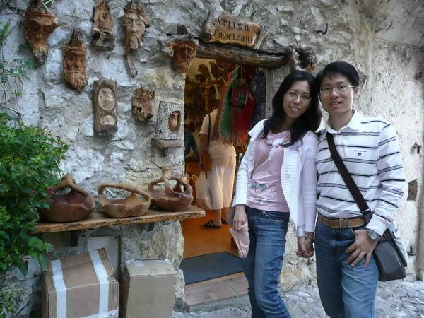鷹鷲村內有各式各樣不同的風格小店.jpg