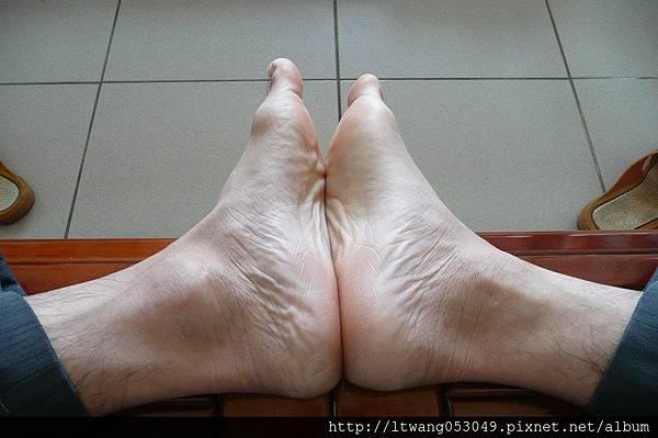 雙腳掌相對