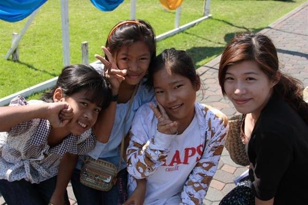 泰國小朋友爭著跟lulu照相呢