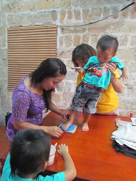 新移民小孩抓週活動---腳模製作