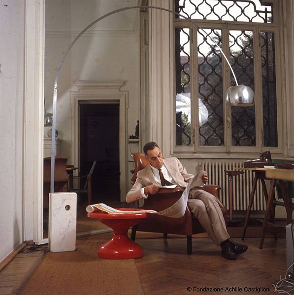 Achille Castiglioni in studio (con arco)