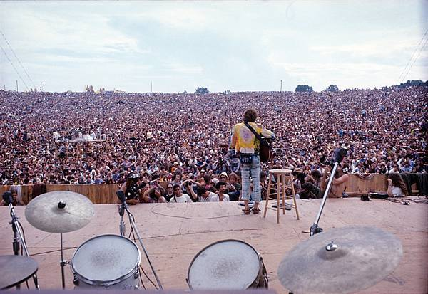 3._John_Sebastian_performing_at_Woodstock_1969__Henry_Diltz_Corbis.jpg