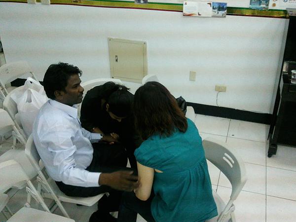 蕭牧師和師母為翻譯禱告