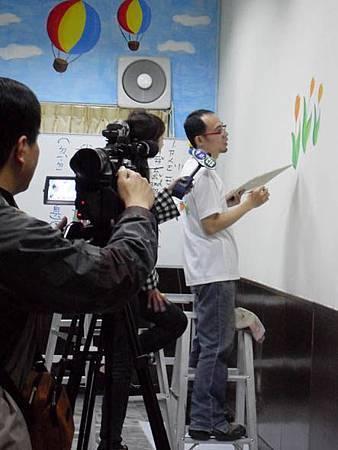 08幸福藤壁畫藝術-接受記者採訪.jpg