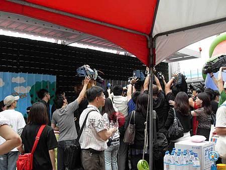 幸福藤-台北資訊園區-圍籬彩繪-記者爭相採訪郭董與彩繪的小朋友們01.jpg