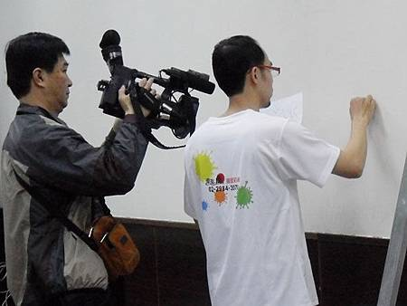 04華視專訪幸福藤壁畫藝術-手繪草圖於牆面.JPG