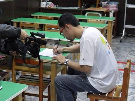 03華視專訪幸福藤壁畫藝術-手繪草圖於紙面.JPG