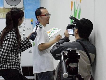 09華視專訪幸福藤壁畫藝術-接受記者採訪.jpg