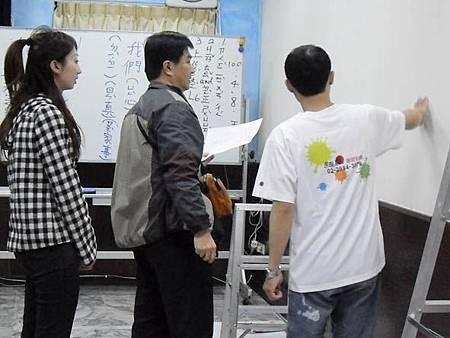 02華視專訪幸福藤壁畫藝術-與工作人員討論拍攝步驟.JPG