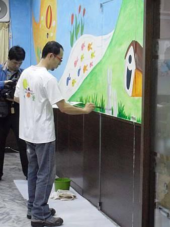 10華視專訪幸福藤壁畫藝術-彩繪牆壁即將完成囉.jpg