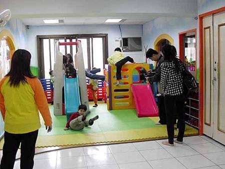11華視專訪幸福藤壁畫藝術-先前彩繪過的幼稚園.jpg